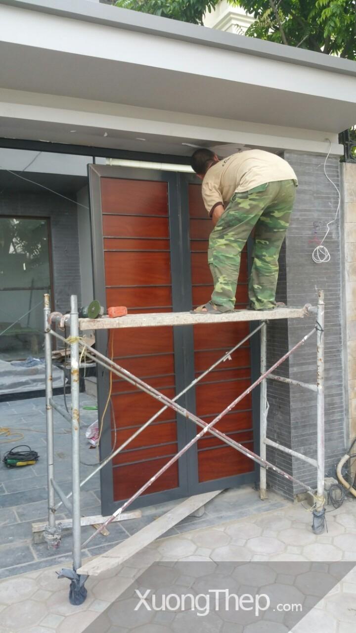 cửa cổng sắt sơn giả gỗ tại linh đàm.