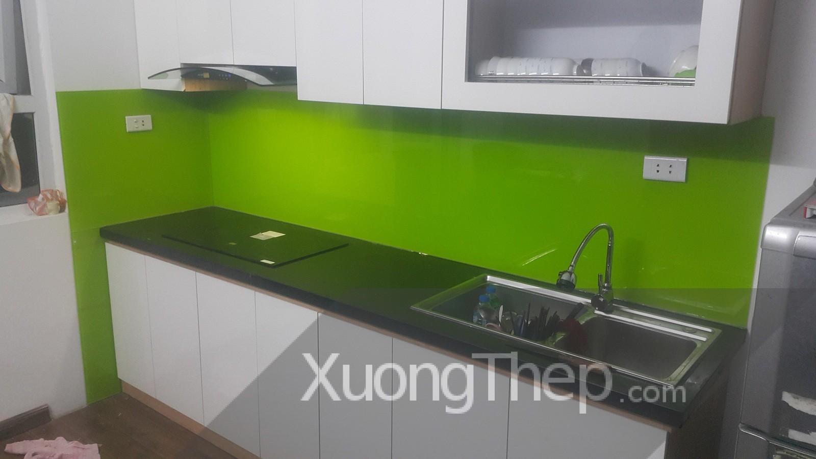 thi công kính cường lực sơn màu xanh non cho nhà bếp.