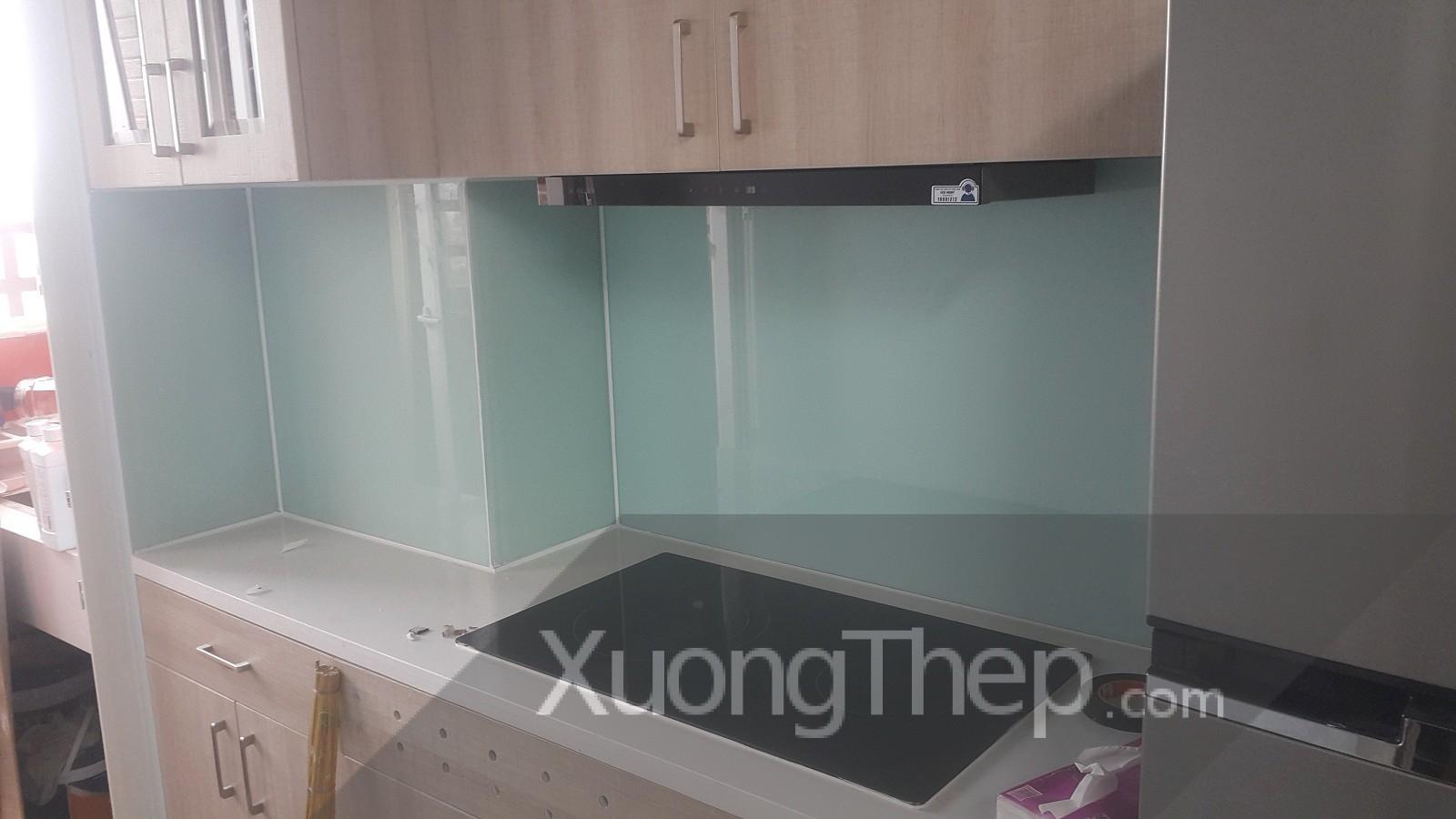 thi công kính cường lực sơn nhiệt màu trắng cho nhà bếp.