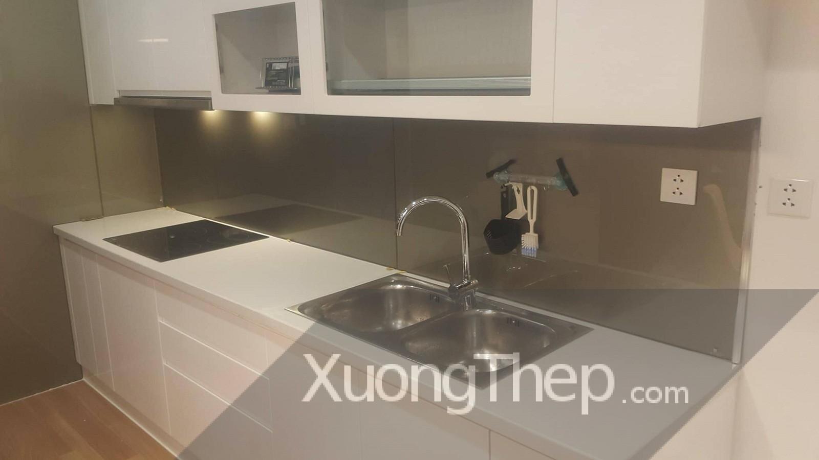 thiết kế và thi công kính nhũ ánh đồng cho nhà bếp.