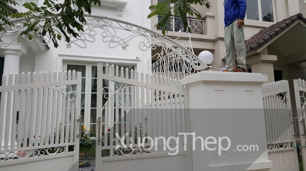 thi công mái vòm cổng bằng thép sơn trắng.