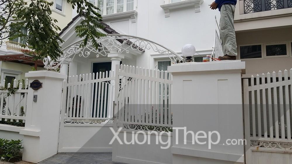 thi công mái vòm cổng bằng sắt sơn trắng.