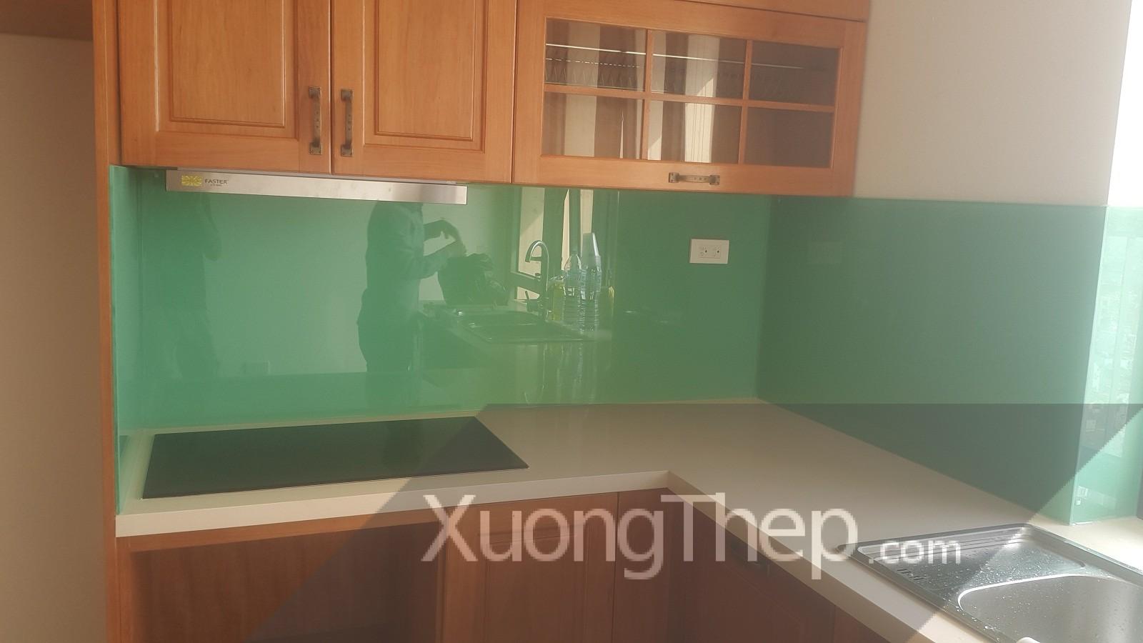 thi công kính cường lực sơn màu xanh ngọc cho nhà bếp.