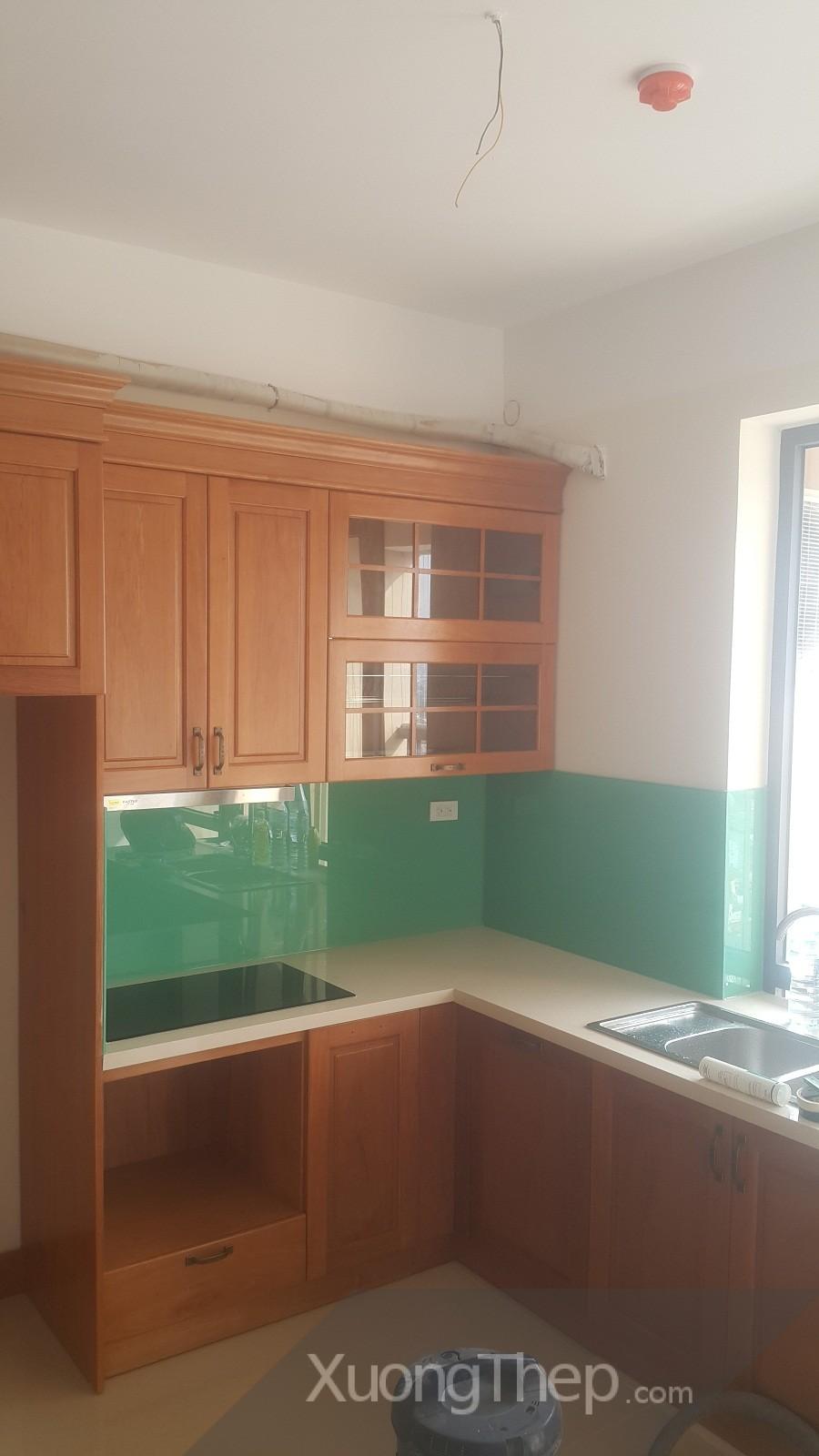 thi công kính sơn xanh ngọc cho nhà bếp.