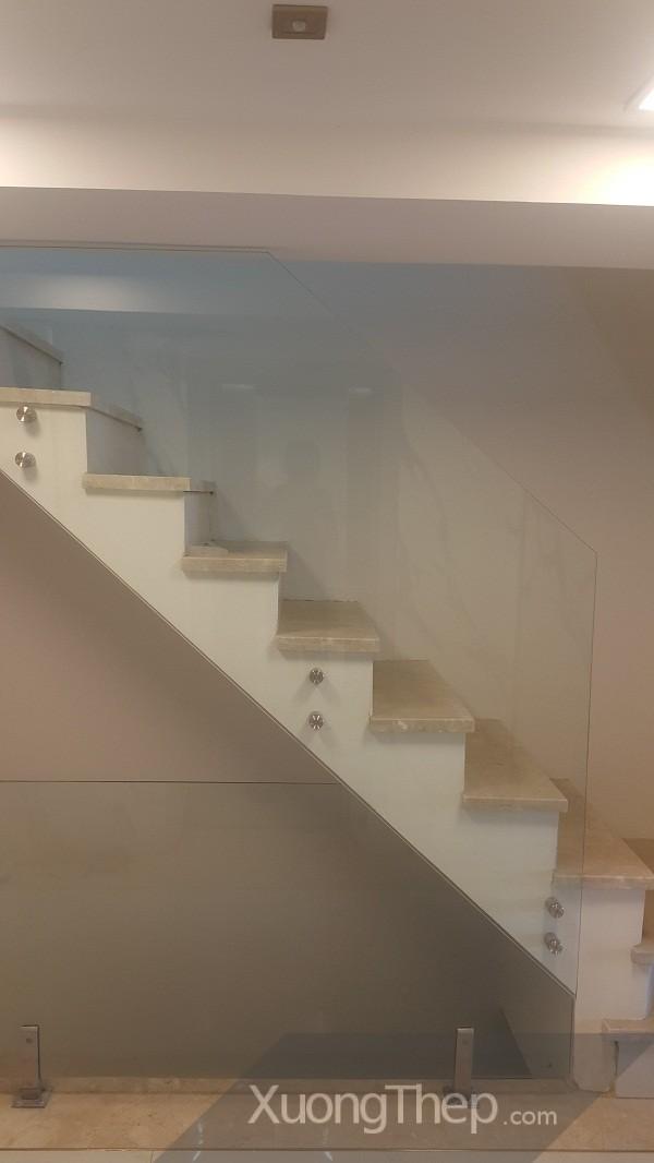 thiết kế thi công lan can cầu thang kính đẹp và an toàn.